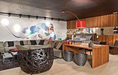 O espaço de Duda Porto foi inspirado nos lofts nova-iorquinos, que, muitas vezes, são utilizados como residência e estúdio dos artistas. O ambiente homenageia o Coletivo Nove Cinco