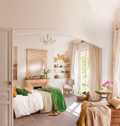 00367793. Dormitorio con molduras, dos espacios, chimenea y gran espejo. Librerías empotradas 00367793
