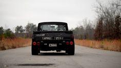 Je viens de découvrir que la première version du Mazda Repu qui sera proposée au public sera en fait la réplique d'un vrai pick up. Il ne s'agit pas de celui de monsieur tout le monde puisque c'est le Repu du pilote de drift Néozélandais Mad Mike. Bien connu pour ses réalisations extrêmes, son pick up dispose d'un bon vieux moteur rotatif de la marque qui compte plus de 540 chevaux. Sur les images de la version finale trouvée sur le compte Instagram de Mad Mike, le modèle dispose de roues…