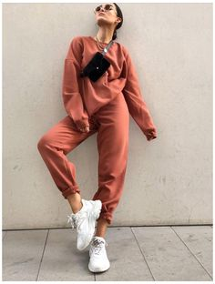 #tracksuit #outfit #streetstyle #tracksuitoutfitstreetstyle Follow @simpleanndreal for more Trend Fashion, Winter Fashion Outfits, Look Fashion, Sporty Fashion, Fall Fashion, Fall Outfits, Sporty Chic, Woman Fashion, Fashion Dresses