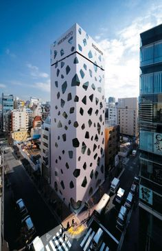 Glass Boulder Tower- In the Ginza district in Tokyo, it has just inaugurated the new headquarters of Mikimoto, the oldest of cultured pearls in the world industry.