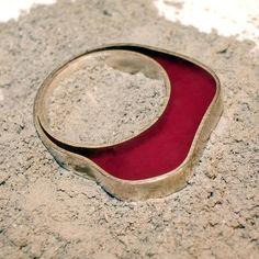 Anillo realizado en plata de ley y resina traslúcida. Ring made of silver and colored translucid resin.