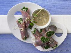 Gut gerollt ist halb gewonnen! Ein Hauch Asien, ein bisschen Orient - in Kombination mit Lachsschinken ein außergewöhnlicher Genuss: Schinken-Spinat-Röllchen - smarter - mit Sesamsauce und Minze. Kalorien: 170 Kcal | Zeit: 25 min.