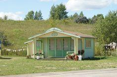 eines der Holzhäuser des Märchendorfes