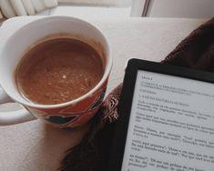 """Começando o sábado com um chocolate quente feito por mim, e uma leiturinha leve..nada melhor que aproveitar os poucos dias """"frios"""" da…"""