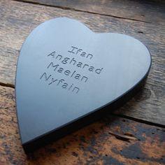 Calon lechen 'teulu' wedi'i phersonoli / Personalised family slate heart  #adra #adrahome #glynllifon #cymru #wales #cymraeg #welsh #caernarfon #gwynedd #gift #shop #accessories #home #homeware #grasi #slate #heart #family