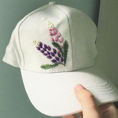 La imagen puede contener: una o varias personas y sombrero Mexican Embroidery, Hand Work Embroidery, Hat Embroidery, Embroidery On Clothes, Modern Embroidery, Embroidery Stitches, Embroidery Patterns, Embroidered Clothes, Embroidered Flowers