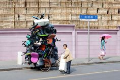 Alain Delorme's photo series 'Totems' is a homage to couriers of Shanghai adeptly carrying neat stacks of burdens on their vehicles. Tricycle, Totems, Le Totem, Image Paris, Doctor Images, Golf Tips For Beginners, French Photographers, Photo Series, Photo Projects
