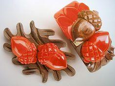 Acorns and wood Bakelite brooch and clamper bangle set.