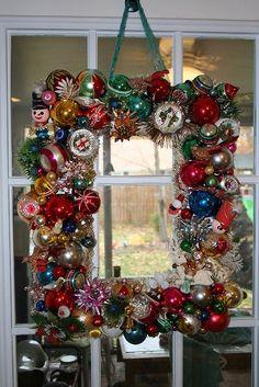 Vintage Christmas ornament wreath, I must do | http://christmas-decor-843.blogspot.com