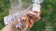 Este año por el cumple de Nico elegimos como regalo para los compis del cole, estos Mufins con pepitas de chocolate. La profesora de Nico no es muy amiga de las chuches, y en eso coincidimos, por e… Wine, Chocolate, Drinks, Bottle, Food, Pound Cake, Gift, Homemade, Drinking