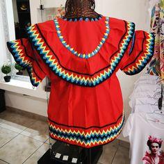 La imagen puede contener: una persona, de pie Bobbin Lacemaking, Panama, Tunic Tops, How To Wear, Women, Ideas, Fashion, Ladies Capes, Folklore