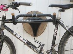 Tutorial DIY: Zrób wieszak na rower z kierownicy i siodełka rowerowego przez DaWanda.com