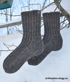 Strikkepiken – Slitesterke herresokker i ull (med gratis oppskrift) Easy Crochet, Knit Crochet, Knitting Patterns, Crochet Patterns, Knitting Ideas, String Bag, Knitted Bags, Ear Warmers, Make Time
