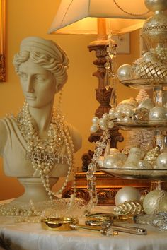 Good Display Inspiration . Unique styling with ivory, diamonds, and gold.  via Sweet Designs @classiclegacy