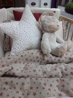 Funda nórdica de cuna. Estampado de estrellas. Decoración con cojín de estrella y peluche de león.   Crib duvet cover . Star Print . Decorated cushion star and plush lion.