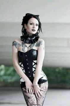 Top Gothic Fashion Tips To Keep You In Style. As trends change, and you age, be willing to alter your style so that you can always look your best. Consistently using good gothic fashion sense can help Hot Goth Girls, Punk Girls, Goth Beauty, Dark Beauty, Dark Fashion, Gothic Fashion, Chica Punk, Gothic Models, Goth Women