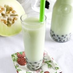 Melon Smoothie - 15 Easy and Delicious Fat Burning Smoothies looks like some bubble tea Juice Smoothie, Smoothie Drinks, Smoothie Recipes, Cherry Smoothie, Yummy Smoothies, Yummy Drinks, Healthy Drinks, Yummy Food, Gastronomia