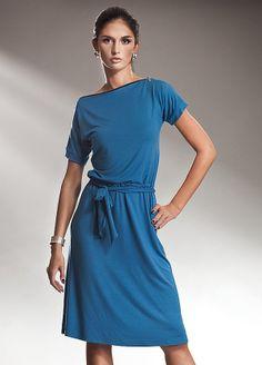 Rochie lejera din vascoza, de culoare albastra - Rochie lejera din vascoza, de culoare albastra, in stilul retro al anilor 80. Are maneci scurte, este decoltata barcuta si are decolteul bordat cu fermoar. Fusta este putin incretita in talie, se incheie cu cordon, iar partea de sus cade putin bluzata. Este o rochie practica, lejera, pe care o poti purta atat la birou cat si in timpul liber. Colectia Rochii office de la  www.rochii-ieftine.net