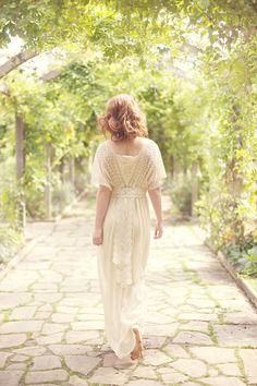 Quiero este tipo de escote en un vestido de verano beige, con florecitas tintadas a mano.     Life is Beautiful