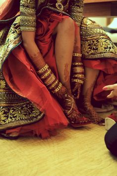Bride with hena(mehendi) on her arms and legs wearing beautiful embroidered designer lehenga with gold accessories and gold red heels. Big Fat Indian Wedding, Indian Bridal, Indian Weddings, Bridal Mehndi, Indian Attire, Indian Wear, Indian Dresses, Indian Outfits, Desi Wedding