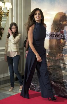 That time her jumpsuit was the baddest on the block. 27 Times Penélope Cruz Crushed The Red Carpet Penelope Cruz, Celebrity Outfits, Celebrity Look, Celebrity Hairstyles, Celebrity Pictures, Gamine Style, Inspiration Mode, Famous Girls, Red Carpet Looks