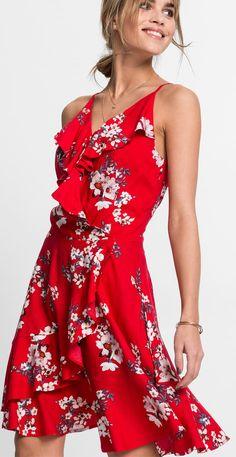 Sehr luftig und mit cooler Raffinesse präsentiert sich dieses trendige Kleid  mit Volants. Der auffällige 4b7a6b416c