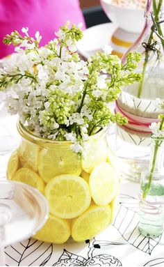 For a fresh perspective on vases, add slices of fruit to a flower-filled vase. Click to see how to #DIY this pretty floral décor in a few easy steps without wilting the flowers.