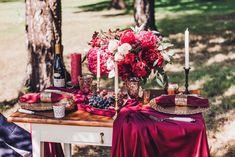 Белые и красные свечи на скатерти цвета марсала