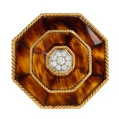 BOUCHERON Tortoise Shell, Diamond and Gold Brooch France 1970 A pair of gold ropetwist wire and tortoise shell brooch of octagonal design with a pavé diamond center, in gold, and platinum. Diamond Brooch, Pearl Brooch, Gold Brooches, Vintage Brooches, Boucheron Jewelry, Jewelry Boards, Jewelry Art, Ppr, Caramel Color