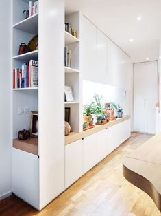 I like only the end section of this and was wondering if it would work at the bottom of the stairs, in the section of the wall that will be larger due to the desk behind? Aménager l'entrée : nos solutions et inspirations futées - Côté Maison Living Room Bookcase, Living Room Storage, Living Room Decor, Kitchen Storage, Guest Room Office, Home Office, Built In Storage, Small Storage, Trendy Home
