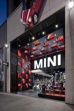 Mini hace mucho esto, utilizar un ''mini'' en su fachada para generar que el posible cliente se fije en ella