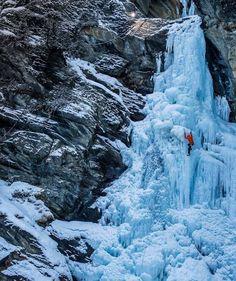 Veja fotos de uma incrível subida em uma cachoeira congelada na Itália! #Aventura #Escalada #Gelo #Cachoeira