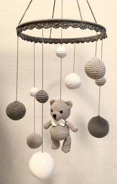 Wonderful Images Toys baby diy Ideas Mobile in white light gray and dark gray Made Crochet Baby Toys, Crochet Geek, Crochet Dolls, Baby Knitting, Knitting Wool, Crochet Bunny, Easy Crochet, Mobiles En Crochet, Crochet Mobile