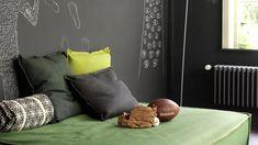 Thréâtralisez l'espace avec des murs gris anthracite + couleurs et produits