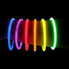 Glow Sticks Set Of 100 | Party Glowsticks Bulk Pack | Glows In The Dark | Light Stick Bracelets & Accessories | 7 Colour Mix | Incl. 100 Single, 2 Triple & 2 Ball Connectors | by Vivaloo: Amazon.co.uk: Toys & Games