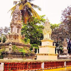 Tombes khmères dans un temple de Battambang.  Khmer tombs in a temple of Battambang. http://po.st/iTfIG5