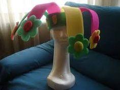 Resultado de imagen para sombreros locos de fomi Crazy Hats, Dinosaur Stuffed Animal, Hollywood, Ideas, Beanies, Spring, Thoughts