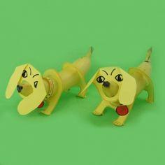 gezonde traktatie van banaan, teckel met grappig halsbandje
