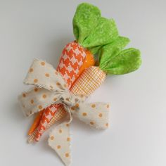 Tie your fabric carrots into a bunch with a bright ribbon to create a fun accent piece decorating carrots Sewing Pattern : Easy fabric carrots Spring Projects, Easter Projects, Easy Sewing Projects, Spring Crafts, Easter Crafts, Easter Decor, Quilting Projects, Sewing Tutorials, Carrot Craft