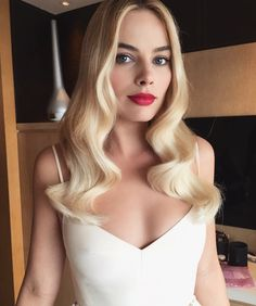 You'll never find Margot Robbie stepping onto a red carpet looking anything short of perfection. Whether she's donning platinum blonde locks or a chocolate brown shade, her hair is always full of volume. However, Margot recently admitted that she… Atriz Margot Robbie, Margot Elise Robbie, Margo Robbie, Actress Margot Robbie, Margaret Robbie, Naomi Lapaglia, Long Hair Cuts, Long Hair Styles, Corte Y Color