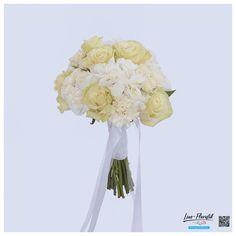 Klassischer, runder Brautstrauß mit Rosen und Nelken in creme und weiß Creme, Flowers