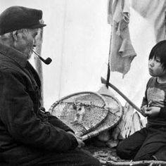Homme et enfant Innus. - Noms, date, lieu et photographe non identifiés. Native American Photos, American Indian Art, Native American Indians, Native Americans, Tribal Group, Labrador, Human Photography, Aboriginal People, Indigenous Art