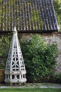 Lars Bolander I also have this image clipped and in my garden three ring notebook; the old school way Garden Arbor, Garden Gates, Garden Landscaping, Garden Urns, Landscape Design, Garden Design, Garden Screening, Garden Cottage, White Gardens
