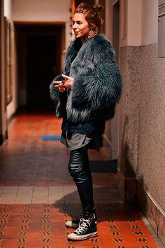 Maja Wyh veste maxi casaco de pelos, tricot preto, maxi t-shirt cinza, calça couro preta, all star preto