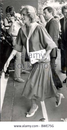 July 4 1984 Women's quarter-final match between Chris Lloyd and Carina Karlsson at Wimbledon Diana attended with her sister Jane. Lady Diana Spencer, Queen Victoria Descendants, British Monarchy History, Prince Arthur, Princess Diana Pictures, Princes Diana, Charles And Diana, Diane, Princess Of Wales