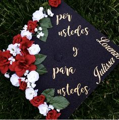My graduation cap in Spanish RN flowers For you for yourself - Decoration For Home Teacher Graduation Cap, Graduation Cap Toppers, Graduation Cap Designs, Graduation Cap Decoration, Nursing Graduation, Grad Cap, Decorated Graduation Caps, Graduation Ideas, Graduation Gifts