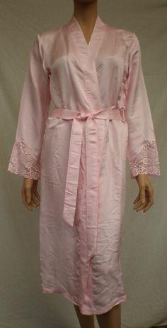 Silke kimono med med blonde. Syet i Vietnam af kvinder i forskellige landsbyer.