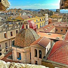 Da una finestra della Torre dell'Elefante, uno scorcio suggestivo del centro storico e in lontananza il mare e la Sella del Diavolo ♥