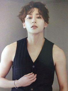 Kim Sung Joo 김성주    Uniq    1994    180cm    Main Vocal    Korean Leader